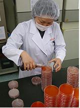 製造中にも定期的に作業者の手の清潔度を確認しています
