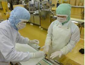 原材料や製品の微生物検査も重要な業務です
